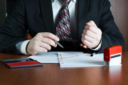 emboutissage: Notaire estampage d'un acte de procuration