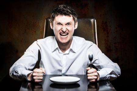 레스토랑에서 자신의 음식을 기다리고 미친 남자 스톡 콘텐츠