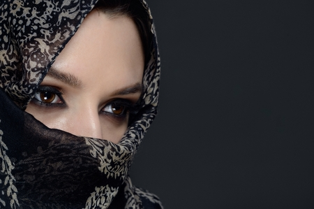 femme musulmane: Belle femme du Moyen-Orient en niqab