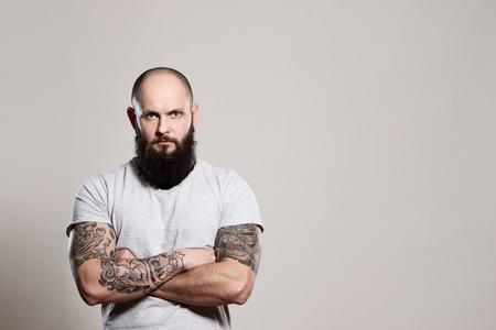 hombre con barba: Hombre barbudo con los brazos cruzados - tiro del estudio