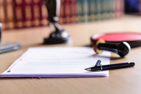 abogado: Contrato esperando una señal notario el escritorio. accesorios de notario público