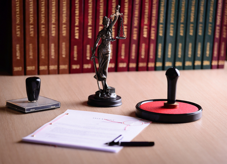 책상에 공증인을 기다리는 문서. 공증인 액세서리