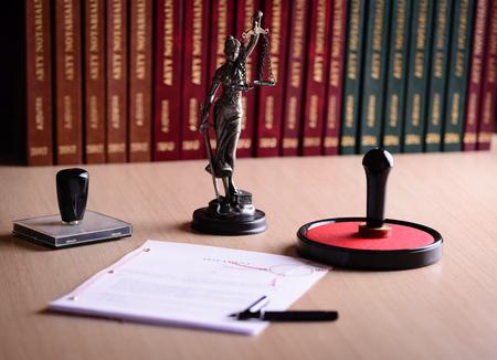 Dokument czeka na znak notariusza publicznego na biurku. Notariusz akcesoria publiczne