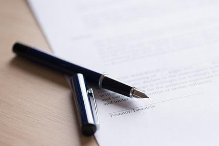 El último y testamento documento con la pluma. Lugar para la muestra testador Foto de archivo