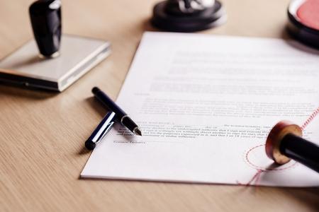 Notariusz długopis leżący na testamencie. Notariusz akcesoria robocze publicznego