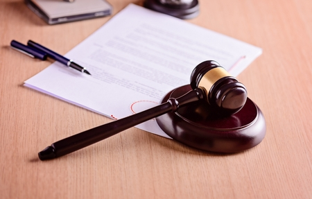 estatua de la justicia: Martillo y el juicio sobre la mesa. concepto de la ley