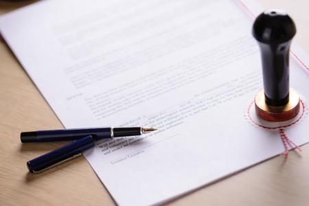 Pióro notarialne i metalu pieczęć na ostatniej woli i testamentu. Notariusz narzędzia publiczne