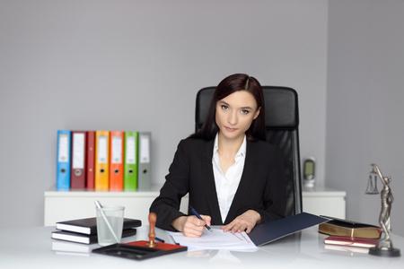 testament schreiben: Frau Notar die Vollmacht oder Vertrag unterzeichnen.