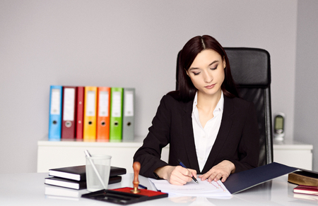 testament schreiben: Frau Notar beurkundet das Dokument. Notar Konzept Lizenzfreie Bilder
