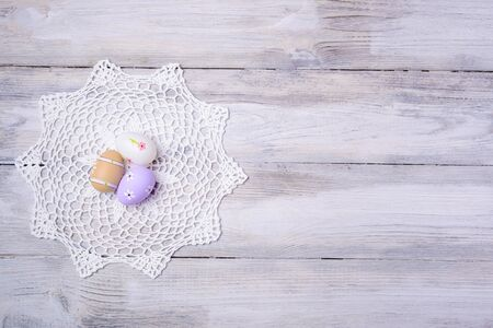 servilleta de papel: Huevos de Pascua coloridos con la servilleta blanca sobre fondo de madera vieja agrietada. Espacio de la copia. Concepto de Pascua. Felices Pascuas !
