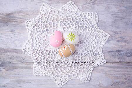 servilleta de papel: Huevos de Pascua coloridos con la servilleta blanca sobre fondo de madera vieja agrietada. Concepto de Pascua. Felices Pascuas ! Foto de archivo