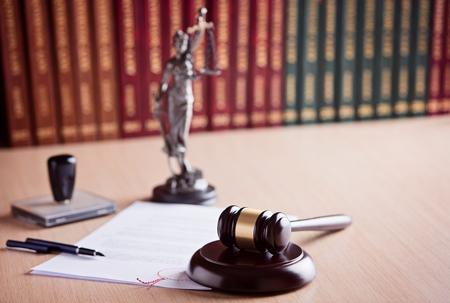 justiz: Court Hammer des Richters, Themis - die G�ttin der Gerechtigkeit und des Rechts-Codes im Hintergrund. Rechtsanwaltskanzlei. Law-Konzept.