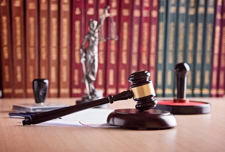 Court Hammer des Richters, Themis - die Göttin der Gerechtigkeit, der Notar Stempel und Gesetzbücher im Hintergrund. Rechtsanwaltskanzlei. Law-Konzept.