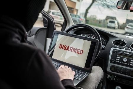 car theft: Ladr�n de coches intenta desarmar a los sistemas de seguridad del coche y inmovilizador con el ordenador port�til. ladr�n de coches, el robo de autom�viles