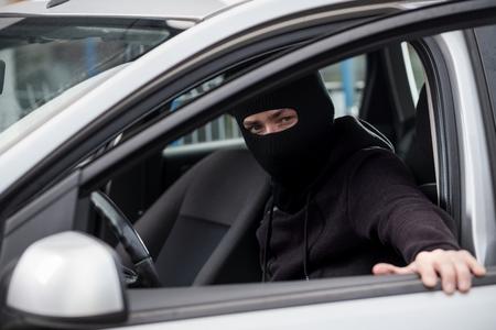 car theft: Ladr�n de coches se mete en un coche robado. ladr�n de coches, el robo de autom�viles Foto de archivo