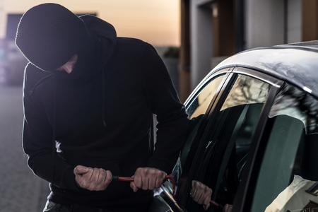 car theft: Car Thief trata de irrumpir en coche con la palanca. ladr�n de coches, el robo de autom�viles Foto de archivo