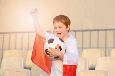 bandera de polonia: Del ni�o peque�o - ventilador equipo de f�tbol polaco - partidario de la bandera polaca en el estadio Foto de archivo