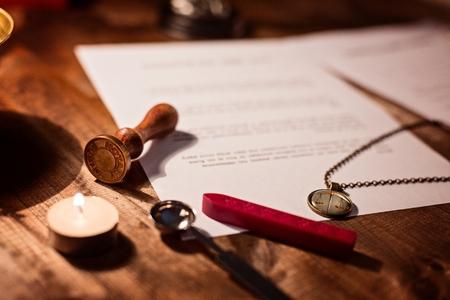 Notaris wax stamper en testament op het bureau Stockfoto