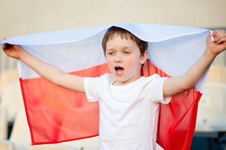 bandera de polonia: aficionado al f�tbol polaco - ni�o peque�o con la bandera polaca apoyo del equipo nacional Foto de archivo