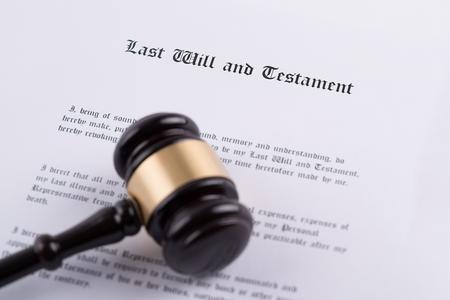 Hammer des Richters - das Symbol des Gesetzes über Testament und letzter Wille