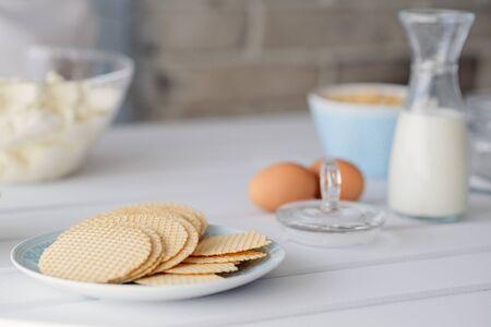 galletas integrales: gofres de avena saludable en un plato en la cocina