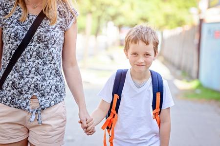 Petits 7 ans garçon va à l'école avec sa mère Banque d'images