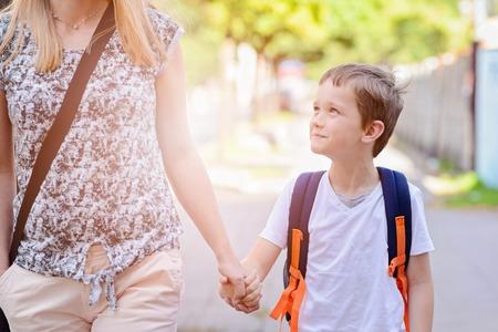 그의 어머니와 함께 학교에 가야하는 7 세 소년 스톡 콘텐츠