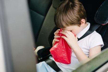 vomito: Siete años vómitos niño en coche - sufre de la enfermedad de movimiento