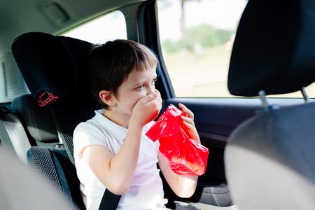 차에서 7 살짜리 아이 구토 - 멀미로 고통 받음 스톡 콘텐츠