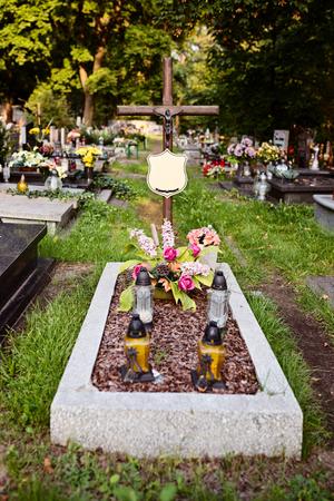 memorial cross: Tumba en el cementerio. 1 de noviembre, Día de Todos los Santos Foto de archivo