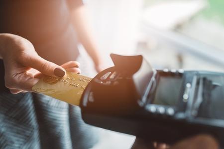 El cliente paga con tarjeta de crédito en la cafetería Foto de archivo