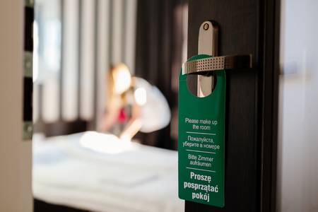 문 걸이는 4 개 국어로 제 방을 구성하십시오. 일하는 호텔 하녀. 내 포트폴리오의이 시리즈보다 스톡 콘텐츠