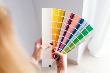 여자 디자이너 또는 색상 팔레트에서 색상을 선택하는 건축가 스톡 콘텐츠