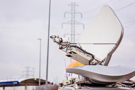 Antenne parabolique montée à la télévision