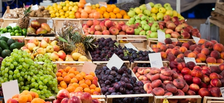屋外の市場でおいしい果物と野菜