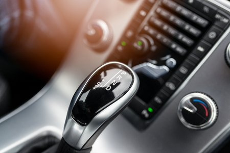 현대 자동차의 자동 변속기 레버에 근접 스톡 콘텐츠
