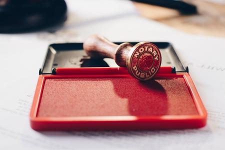 Stamper d'encre publique notaire en métal. Cabinet d'avocats. Banque d'images - 83557727