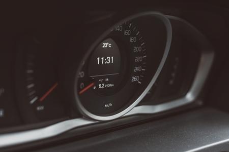 Modern autocontrolebord met snelheidsmeter. Auto onderhoud