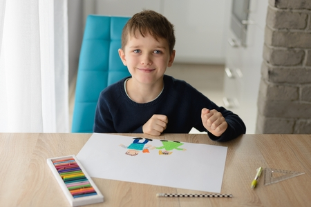 Happy 8 years boy child drawing a greeting card for his grandma for Grandma Day. Happy Grandmother Day! Stockfoto