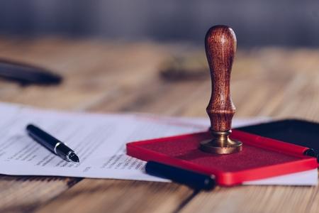 서명 된 문서에 공증인 잉크 스탬프. 법 개념