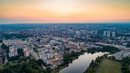 Widok z lotu ptaka na Katowice wieczorem. Śląsk, Polska