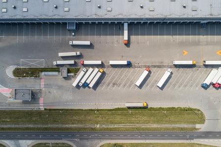 Vue aérienne de drone sur l'entrepôt et le centre logistique. Concept logistique et transport
