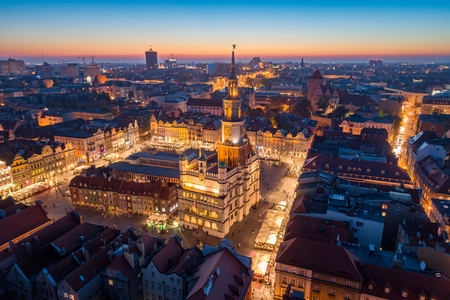 Aerial view on Poznan main square and old city at evening. Poznan, Wielkopolska, Poland Stockfoto