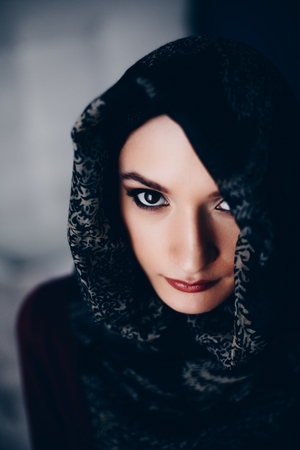 Mysterious beautiful middle eastern ethnicity woman wearing a hijab Banque d'images - 114883486