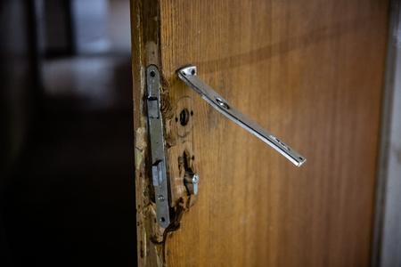 Portes de maison cassées après un cambriolage. Concept d'assurance habitation