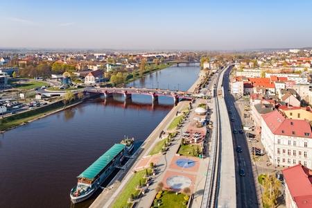 Luftdrohnenansicht auf Gorzow Wielkopolski und Warthe. Gorzow Wielkopolski ist eine Stadt im Westen Polens an der Warthe. Es ist die zweitgrößte Stadt in der Woiwodschaft Lebus