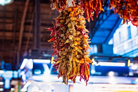 Sun dried red and green paprika in market stall for sale Banco de Imagens