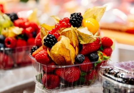 Healthy fruit lunch takeaway. Fresh fruits in plastic basket Banco de Imagens