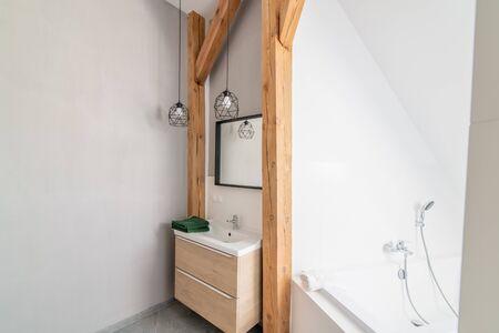 Salle de bains loft moderne avec miroir dans un loft Banque d'images