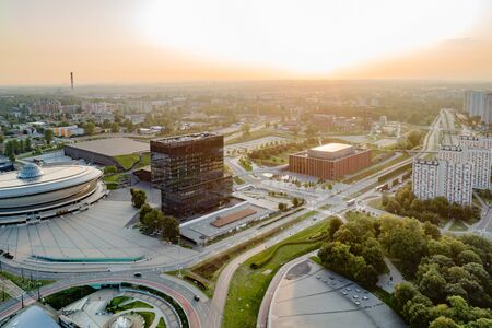 Widok z lotu ptaka drona w Katowicach o wschodzie słońca. Katowice to największe miasto i stolica województwa śląskiego.
